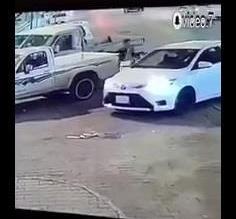 شاهد.. رد فعل سريع من شخص ينقذ عائلة داخل سيارة من كارثة محققة - المواطن