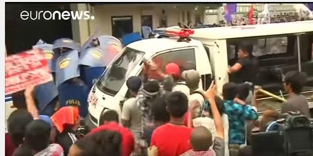 سيارة شرطة تدهس متظاهرين الفلبين