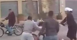 سيدة تضرب زوجها في الشارع