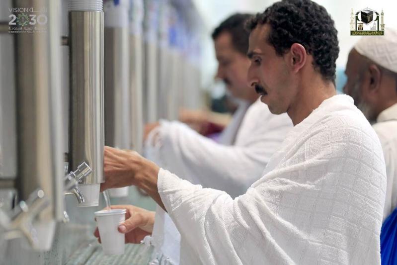 شؤون الحرمين تسهّل على الزوّار شُرب ماء زمزم (1)