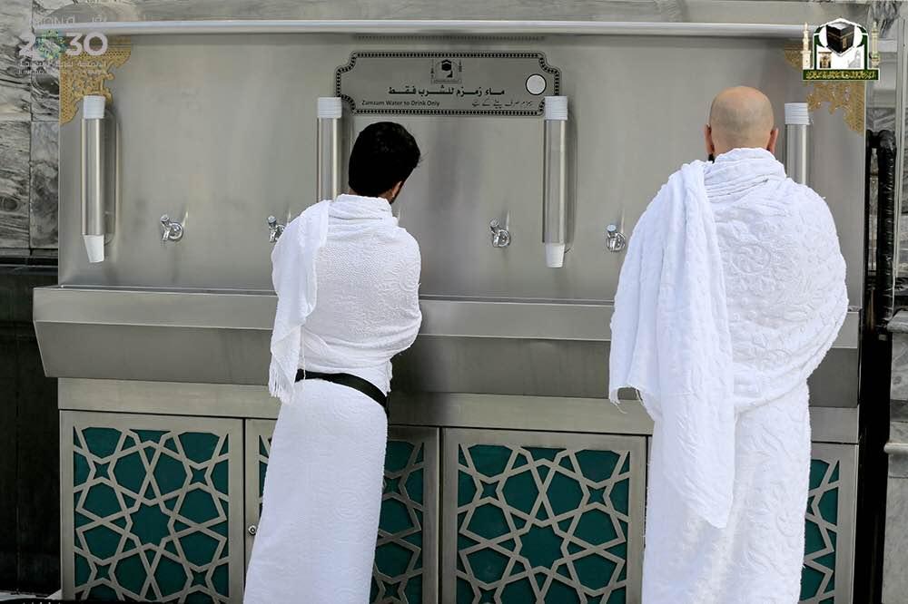 شؤون الحرمين تسهّل على الزوّار شُرب ماء زمزم (2)