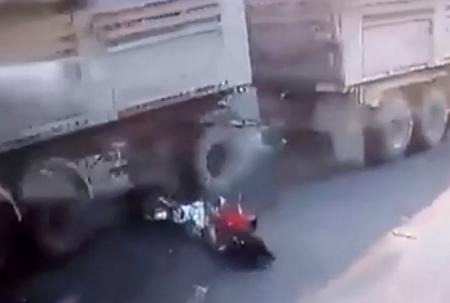 شابان ينجوان من الموت دهسا تحت عجلات شاحنة