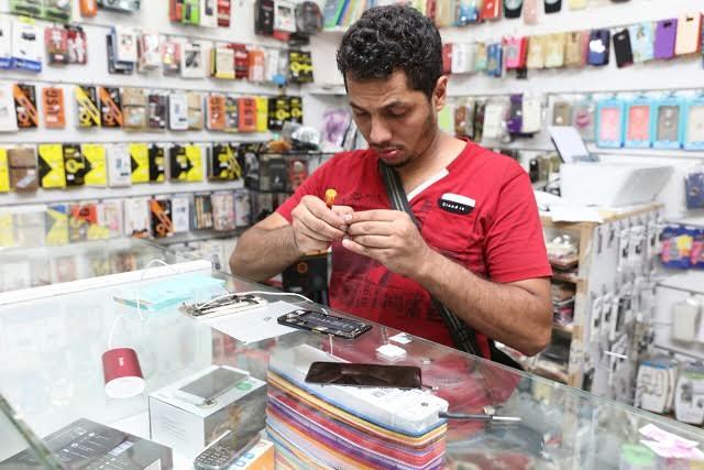 شاب سعودي قطاع الاتصالات محلات الجوال