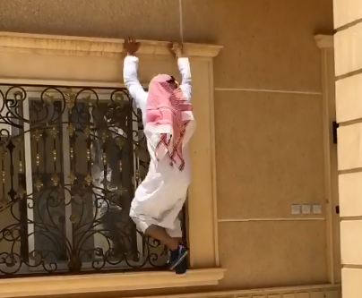 شاب سعودي يتسلق مبنى من ثلاثة أدوار في أقل من 20 ثانية