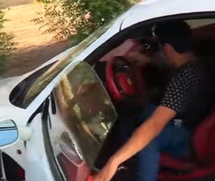 شاب سعودي يشتري سيارة