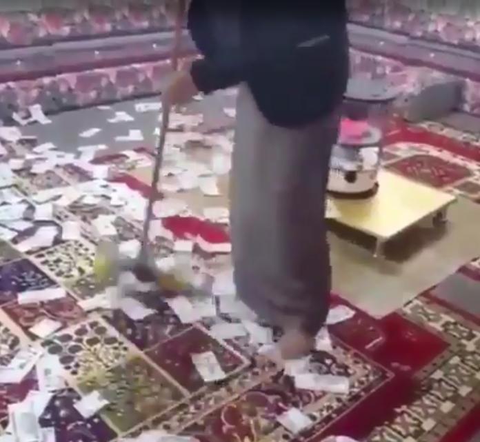 شاب سعودي يكنس أموالاً مٌلقاه على الأرض