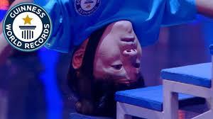 شاهد.. شاب صيني يصعد الدرج على رأسه - المواطن