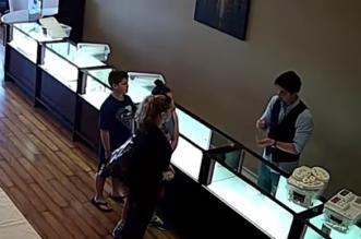 شاهد.. ماذا فعل هذا الشاب العربي مع سيدة أمريكية في محل لبيع الذهب - المواطن