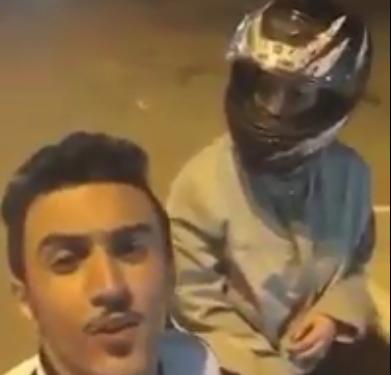 شاب وفتاة يتجولان ليلاً على دراجة نارية