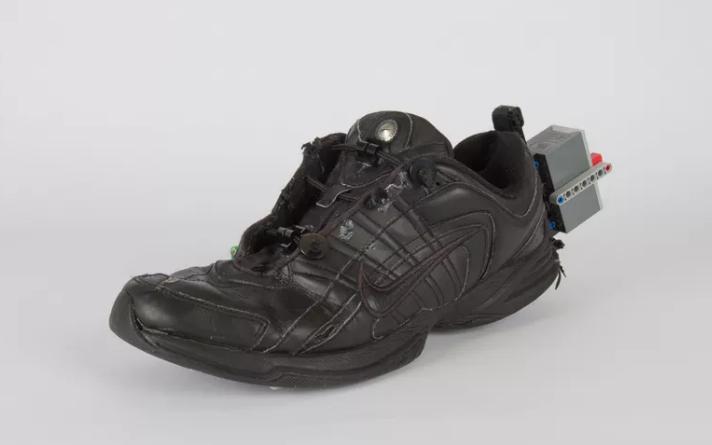 شاب يبتكر حذاء يربط نفسه ذاتيا باستخدام قطع الليجو 1