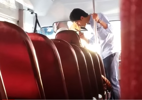 شاب يتشاجر مع سائق حافلة