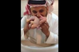فيديو مقزز.. شاب يتناول دجاجة غير مطهوّة ويعوي كالكلب - المواطن