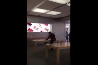 شاهد.. شاب يحطم 14 جهاز آيفون داخل متجر أبل في فرنسا - المواطن