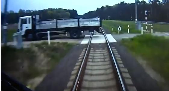 شاب يخاطر بحياته لإنقاذ ركاب قطار اصطدم بشاحنة