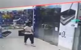 شاب يسرق جوال من محل بالرياض