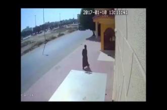 شاب يسرق سمعات مسجد