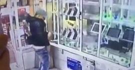شاب يسرق محل في وضح النهار