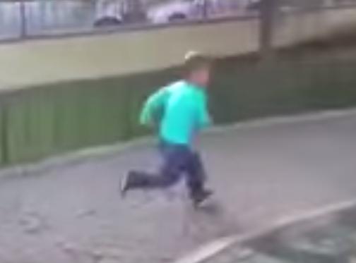 شاب يفزع طفل سوري بتعرضه لغارة جوية في تركيا