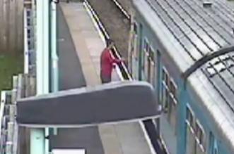 شاهد.. شاب يقفز أمام قطار ويجبره على التوقف - المواطن