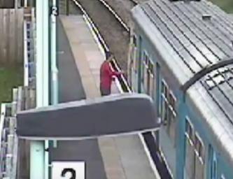 شاب يقفز من فوق قطار