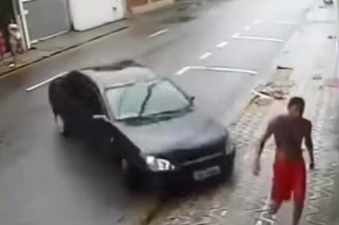 شاب ينجو من دهس سيارة خارجة عن السيطرة