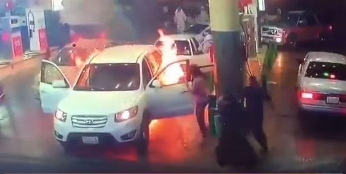 شاب ينقذ امه حريق سيارة