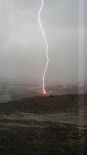 شاب يوثق أمطار العُرضيات فرصد صاعقة قوية ضربت الأرض .