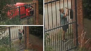 شاب يوثق سرقة جارته لبريده