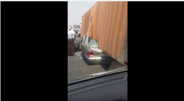 شاحنة تدهس سيارة