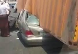 شاحنة تسحق سيارة مرسيدس