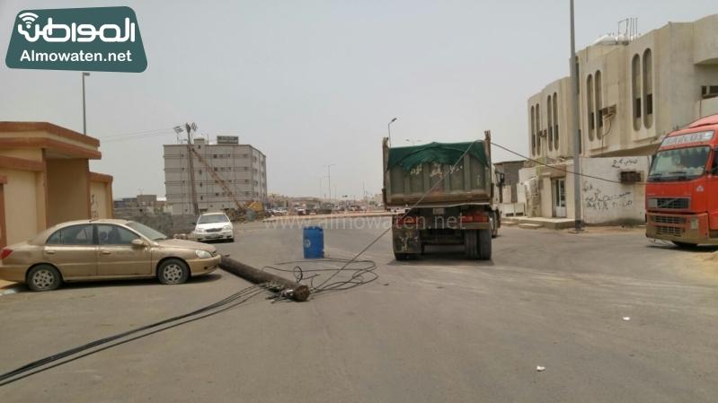 شاحنة تقطع الكهرباء عن حي مطار جازان (1)