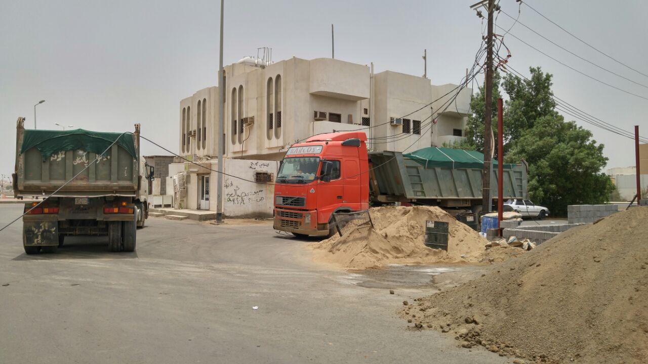شاحنة تقطع الكهرباء عن حي مطار جازان (4)