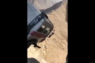 فيديو لا يُصدق.. شاحنة مُعلقة بين الأرض والسماء! - المواطن