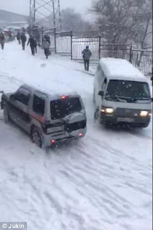 شاهد.. شاحنة تخرج عن السيطرة بسبب الجليد فوقعت الكارثة - المواطن