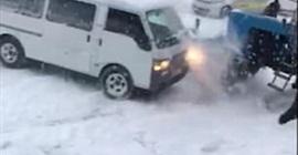 شاهد.. شاحنة تخرج عن السيطرة بسبب الجليد فوقعت الكارثة