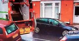شاهد.. سائق شاحنة قمامة يحطم سيارة متوقفة