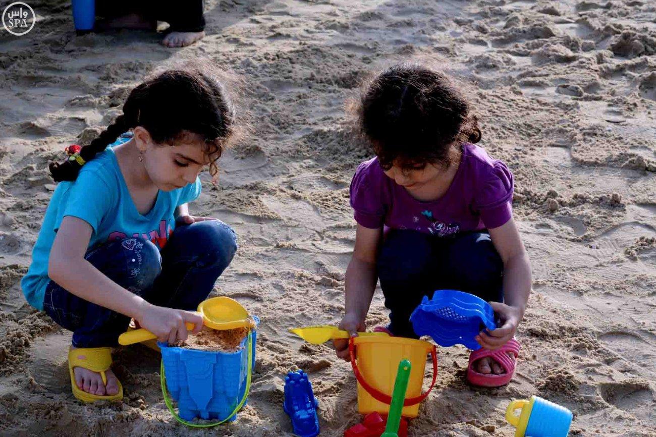 شاطئ العقير يستقبل المئات من الزوّار أول أيام العيد (1)