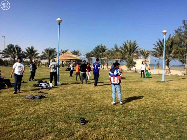 شاطئ العقير يستقبل المئات من الزوّار أول أيام العيد (3)