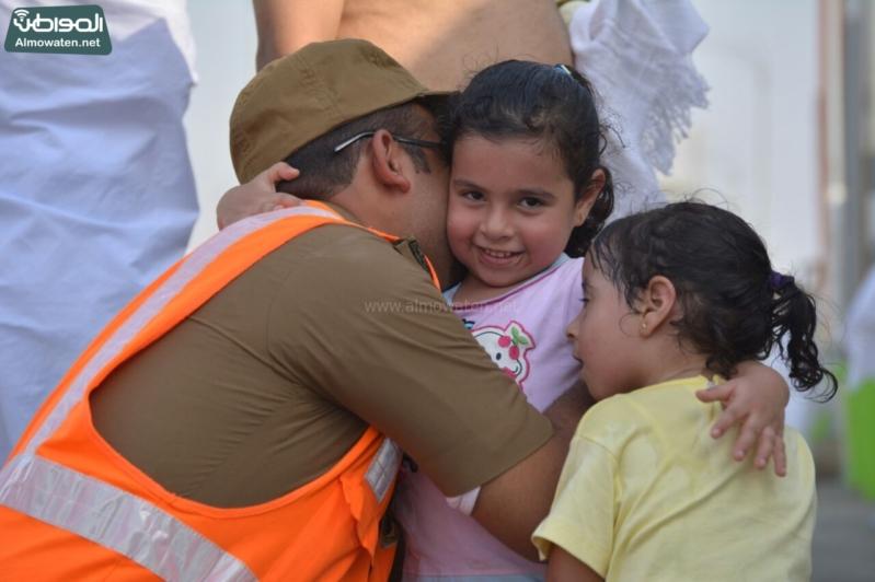 شاعر أبويه حانيه من رجال الأمن للحجاج الأطفال (1)