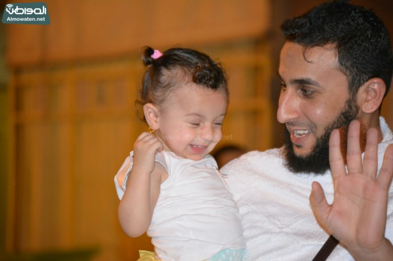 شاعر أبويه حانيه من رجال الأمن للحجاج الأطفال (294697517) 
