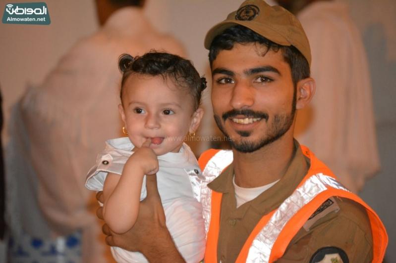 شاعر أبويه حانيه من رجال الأمن للحجاج الأطفال (294697524) 