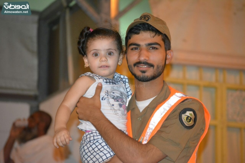 شاعر أبويه حانيه من رجال الأمن للحجاج الأطفال (294697525) 