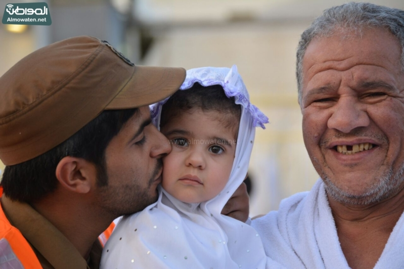 شاعر أبويه حانيه من رجال الأمن للحجاج الأطفال (294697526) 