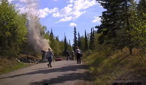 شاهد لحظة استخراج شخص من سيارته المحترقة