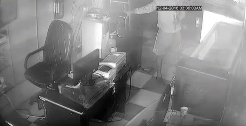 شاهد.. كاميرا مراقبة ترصد سرقة محل اتصالات بجازان