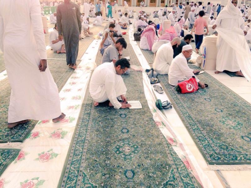 شباب مكة الهمم يعدون موائد افطار الحرم (1) 