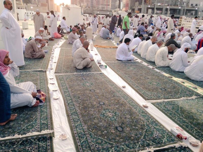 شباب مكة الهمم يعدون موائد افطار الحرم (66235357) 