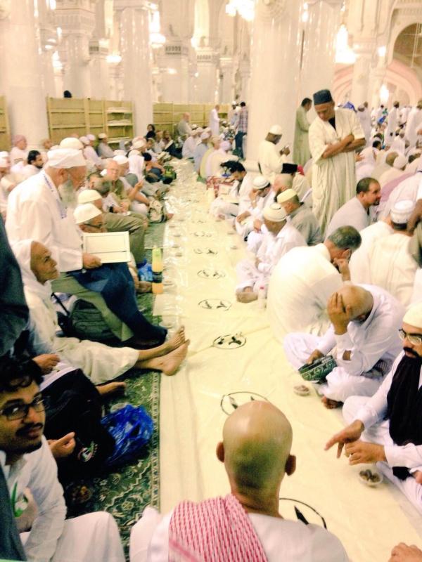شباب مكة الهمم يعدون موائد افطار الحرم (66235358) 
