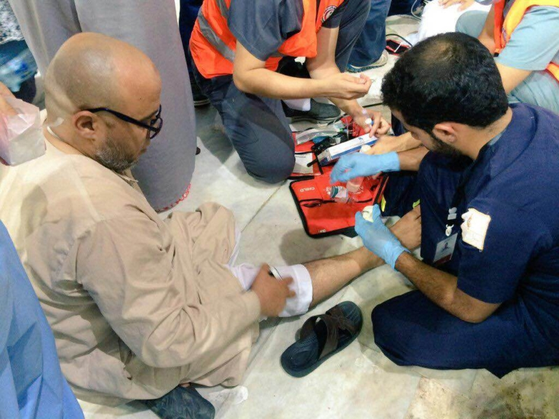 شباب مكة يبرون جرح معتمر ويدفعون عربة مريض (1) 