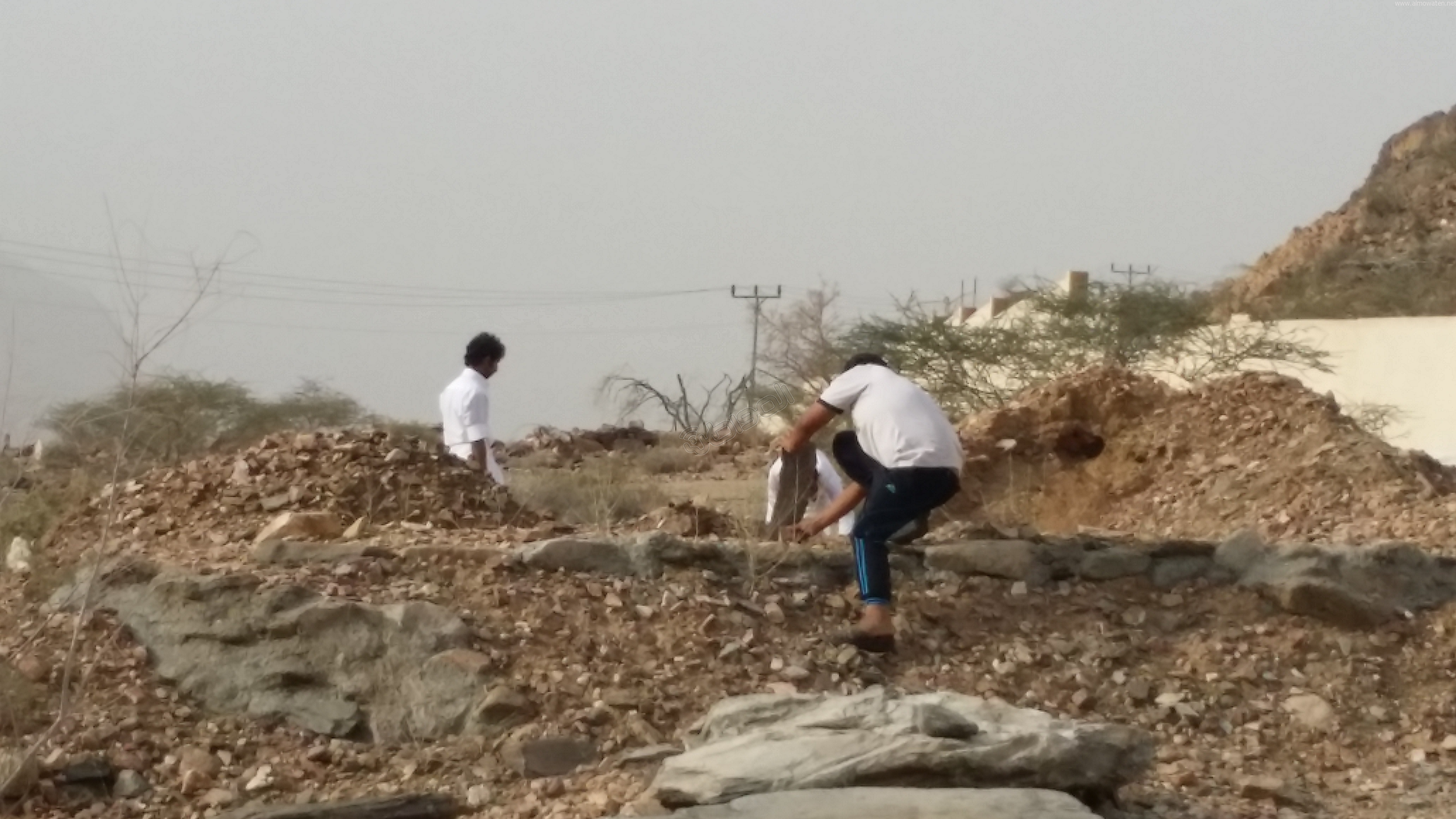 شباب #وادي_العرج ينقذون مقابرهم من السيول وبلدية #أضم غائبة (1)
